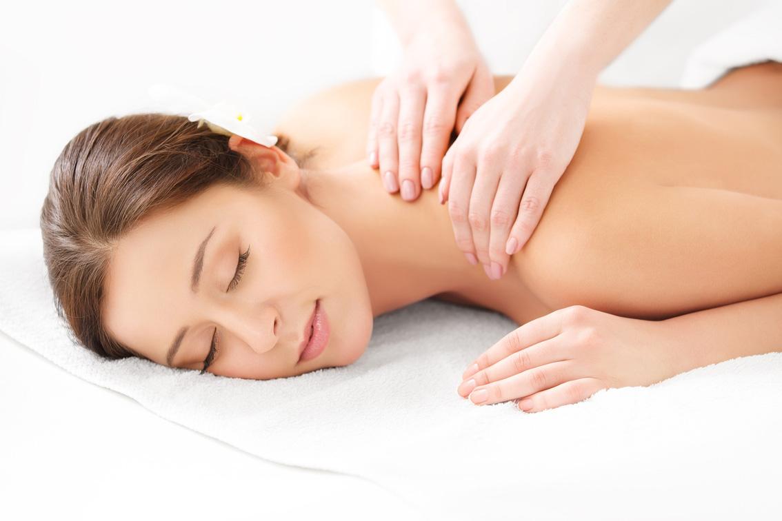 Massage-Anwendung bei einer jungen Frau